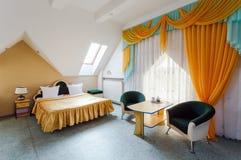 Eleganter und bequemer Innenraum eines Schlafzimmers im Hotel Lizenzfreies Stockfoto