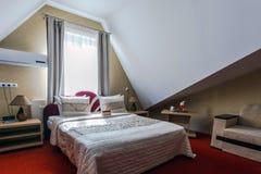 Eleganter und bequemer Innenraum eines Schlafzimmers im Hotel Stockbild