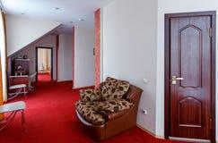 Eleganter und bequemer Innenraum eines Schlafzimmers im Hotel Stockfotos