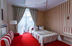 Eleganter und bequemer Innenraum eines Schlafzimmers im Hotel Lizenzfreie Stockfotos