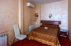 Eleganter und bequemer Innenraum eines Schlafzimmers im Hotel Lizenzfreie Stockbilder