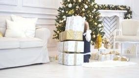 Eleganter Weihnachtsbaum verziert mit glitzernden Glaskugeln und feenhaften Lichtern stock video footage