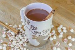 Eleganter Weihnachtsrenbecher warme heiße Schokolade mit cinnam Stockfoto