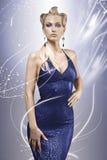 Elegantes blondes Baumuster, das ein blaues Kleid trägt Stockbilder