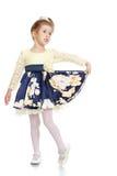 Elegantes blondes kleines Mädchen in einem schönen Kleid Stockfotografie