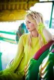 Elegantes blondes Modefrauenporträt im Vergnügungsparksommer lizenzfreies stockbild