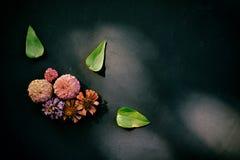Elegantes Blumengesteck auf schwarzem Hintergrund lizenzfreie stockfotos