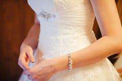 Elegantes bräutliches weißes Kleid und junge weibliche Hände lizenzfreie stockfotografie