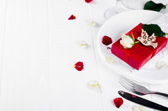 Elegantes Feiertagsgedeck mit rotem Bandgeschenk Stockbilder