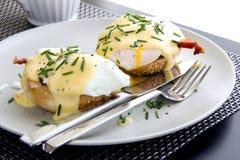 Elegantes Frühstück besteht aus Eiern Benedict Lizenzfreies Stockbild
