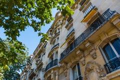 Elegantes Gebäude und grüner Baum in Paris lizenzfreie stockbilder