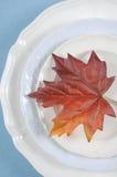 Elegantes Gedeck des Speisetisches der Danksagung mit Herbstblatt - Vertikale Stockfotografie