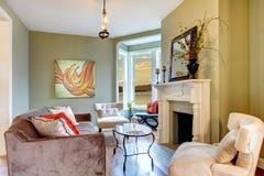 Elegantes grünes Wohnzimmer mit Kamin. Lizenzfreies Stockfoto