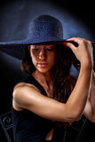 Elegantes hübsches Frau ` s Porträt mit violettem Hut Lizenzfreies Stockbild