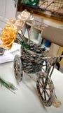 Elegantes handgemachtes Fahrrad mit aufbereiteter Zeitung stockfotos