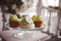 Elegantes Heiratsstillleben Festliche s??e Festlichkeiten f?r G?ste, kleine Kuchen und Nachtische stockbilder