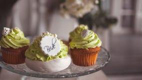 Elegantes Heiratsstillleben Meringe mit Sahne für die Braut stockfoto