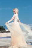 Elegantes Hochzeitskleid der Braut in Mode über blauem Himmel attraktiv Stockfotos