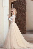 Elegantes Hochzeitskleid der Braut in Mode, das durch die Wand aufwirft Lizenzfreie Stockfotos