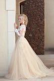 Elegantes Hochzeitskleid der Braut in Mode, das durch die Wand aufwirft Stockbild