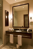 Elegantes Hotel oder Wohnungsbadezimmer Stockfotos