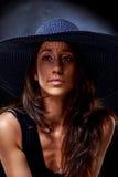 Elegantes junge Frau ` s Porträt mit Hut an Lizenzfreie Stockbilder