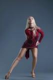 Elegantes junges blondes Frauentanzen im Studio Lizenzfreie Stockbilder