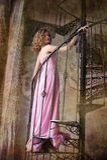 Elegantes junges Mädchen in einem rosa langen Abendkleid Stockfoto