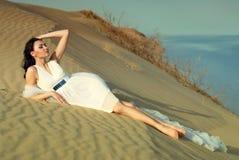 Elegantes Mädchen auf dem Sand stockfotos