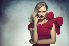Elegantes Mädchen, das in camera im Rot schaut Lizenzfreie Stockfotografie