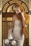 Elegantes Mädchen, das in ihrer Einkaufstasche schaut Stockfotos