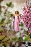 Elegantes Mädchen in einem rosa langen Abendkleid Stockfotos