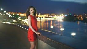 Elegantes Mädchen in einem roten Kleid Stockbilder