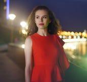 Elegantes Mädchen in einem roten Kleid Stockbild