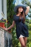 Elegantes Mädchen in einem Sommerhut draußen Stockbild