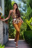 elegantes Mädchen im Gelb, draußen Stockfoto
