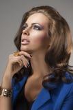 Elegantes Mädchen mit dem flaumigen Haar, schaut oben Stockbild