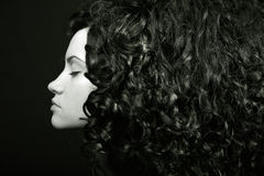 Elegantes Mädchen mit dem lockigen Haar lizenzfreies stockfoto
