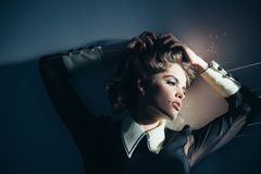 Elegantes Mädchen mit dem lockigen Haar Schönheits- und Modeblick Herrlich und schön Weinlesefrau mit Make-up, klassische Art stockbilder
