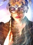 Elegantes Mädchen mit einer wunderbaren Maske Stockfoto