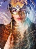 Elegantes Mädchen mit einer wunderbaren Maske Stockfotos