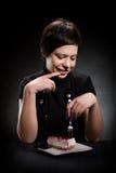 Elegantes Mädchen, das einen Schokoladenkuchen isst Stockfoto