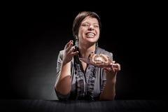 Elegantes Mädchen, das einen Schokoladenkuchen isst Lizenzfreie Stockbilder