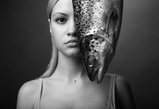Elegantes Mädchen mit großen Fischen Lizenzfreies Stockfoto