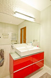 Elegantes modernes Badezimmer lizenzfreie stockbilder