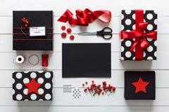 Elegantes nordisches Retro- Weihnachten, Station, Schreibtischansicht von oben, Buchstabe zu Sankt einwickelnd Lizenzfreies Stockfoto