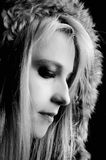 Elegantes, reizvolles Mädchen mit Pelzmantel Stockfotografie