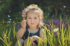 Elegantes rubios lindos del niño de la chica joven vestidos en tejanos visten la presentación en el prado del mayweed salvaje del Imágenes de archivo libres de regalías