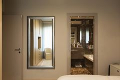 Elegantes Schlafzimmer mit Garderobe lizenzfreie stockbilder