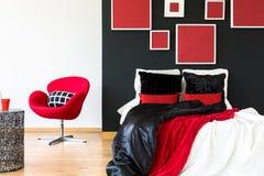 Elegantes Schlafzimmer mit roter Bettdecke Lizenzfreie Stockfotografie